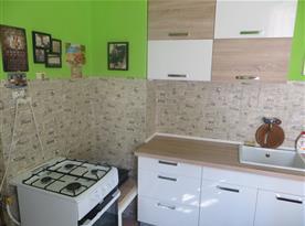 Kuchyňka vybavená linkou a plynovým sporákem s elektrickou troubou