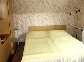 Ložnice s lůžky, skříní, stolkem a lampou