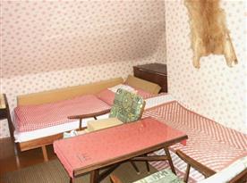 Pokoj s lůžky, stolkem, křesly a peřináčem