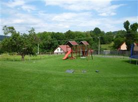 Zatravněný pozemek u chaty s možností vyžití pro děti