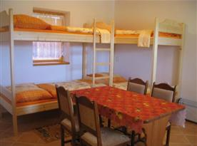 Čtyřlůžková chata - obytná místnost s palandami