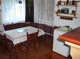 obytná místnost s krbem