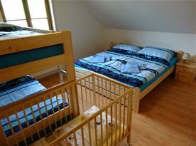 pokoj 2 s dětskou postýlkou