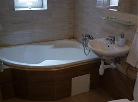 Koupelna s rohovou vanou a WC