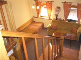 Pohled do obývacího pokoje z podesty