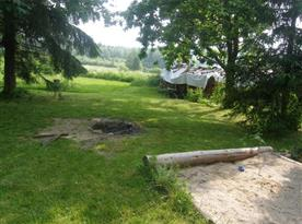 Přírodní ohniště a pískoviště na zahradě
