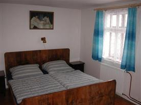 Ložnice B s lůžky, nočním stolkem, skříní a lampičkou