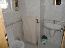 Samostatná toaleta s umývadlem
