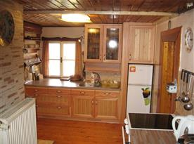 Kuchyně s mikrovlnnou troubou, kávovarem, rychlovarnou konvicí a lednicí