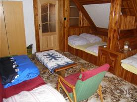 Ložnice A s lůžky, skříní, křeslem, stolkem a lampičkou