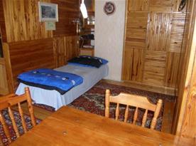 Ložnice B s lůžky, poličkou, stolem a židlemi