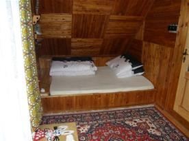 Ložnice B s lůžky, poličkou a lampičkou
