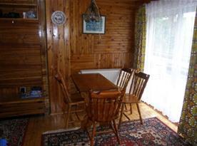 Ložnice B se stolem, židlemi a skříňkou
