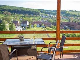 Chatka nahoře-posezení na terase s výhledem