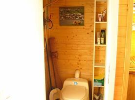 Chatka nahoře-toaleta
