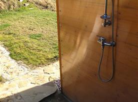 Chatka nahoře-venkovní sprcha