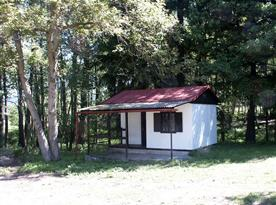 Chatka s verandou v blízkosti lesa