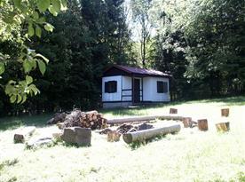Chatka s verandou a přírodním ohništěm