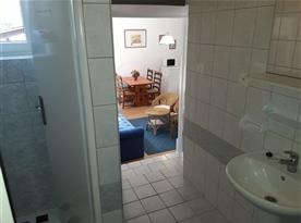 Pohled z koupelny do obývacího pokoje