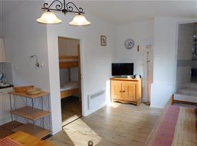 Pohled přes obývací pokoj do ložnice