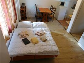 Rozložená pohovka v obývacím pokoji