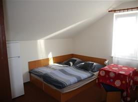 6 l. apartmán - ložnice s kuchyňským koutem