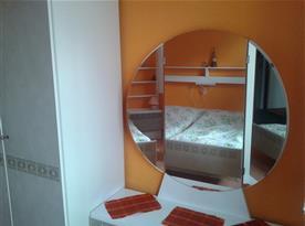 Ložnice s lůžky, skříní a nočním stolkem, zrcadlo