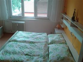 Ložnice s lůžky, skříní a nočním stolkem