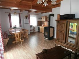 Obývací pokoj s kuchyňskou a jídelní části