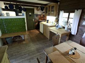 Vybavená kuchyně s jídelním stolem
