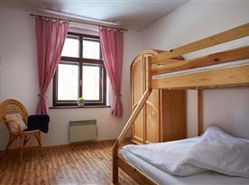 Dětský pokoj s patrovou postelí.
