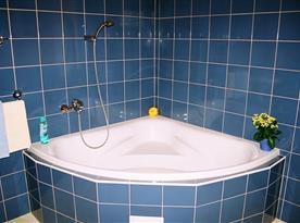 Rohová vana v koupelně