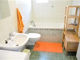 Koupelna s vanou, umyvadlem a toaletou