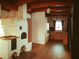 Pohled ze společenské místnosti do kuchyně