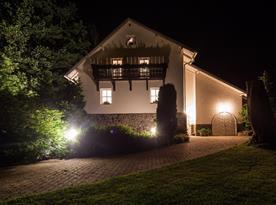 Pohled na dům večer