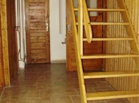Interiér se schodištěm a šatnou