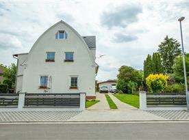 Dům majitelů, za ním stojí chata pro klienty