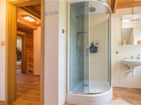 Koupelna se sprchou, umyvadlem a toaletou v podkroví