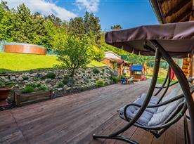 Pohled z terasy na bazén a dětské hřiště