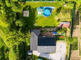 Pohled na srub a pozemek z dronu