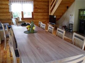 Obývací pokoj s kuchyní a krbem