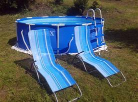 Venkovní bazén s lehátky