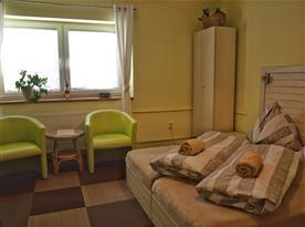 Pokoj č. 2 - pokoj pro 2 osoby s vlastním sociálním zařízením, manželskou postelí a TV.