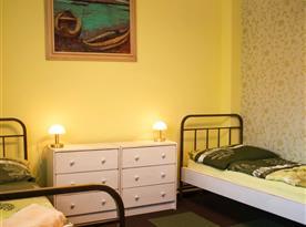 Pokoj č. 3 - disponuje manželskou postelí a dvěma jednolůžkovými postelemi, kapacita je max 4 osoby.