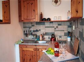 Apartmán č. 5 - vlastní kuchyňka s lednicí, rychlovarnou konvicí a varnou deskou.