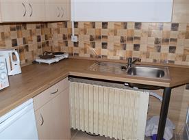 Čtyřlůžková chatka s WC a kuchyňkou - kuchyňka