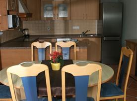 Plně vybavená kuchyně s jídelní sestavou