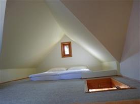 Podkroví s postelemi pro 4 osoby.