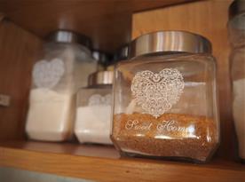 V kuchyni najdete cukr, sůl, rýži, těstoviny i koření. Čaj a káva.