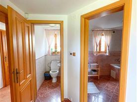 Oddělený záchod v 1. patře s koupelnou